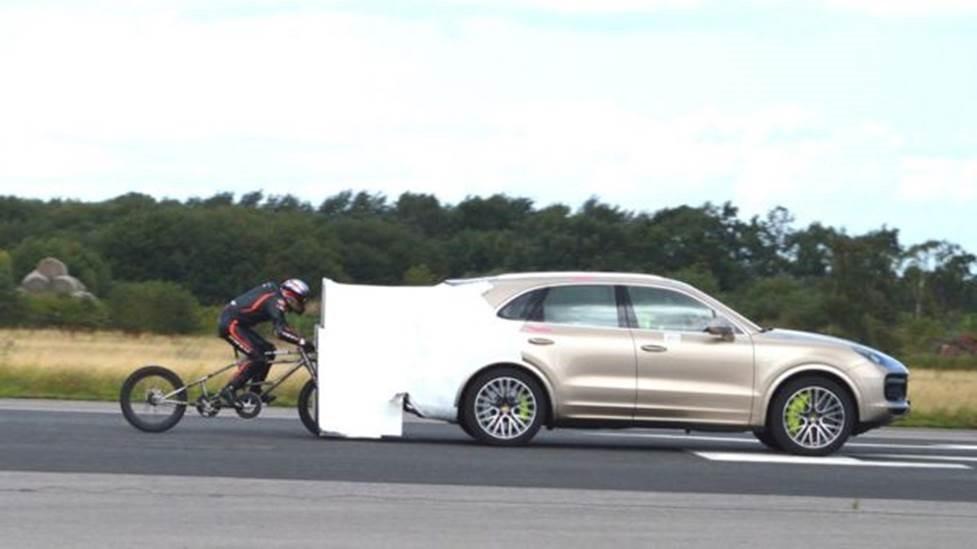 Puxado por Porsche, ciclista alcança 280 km/h e bate recorde no Reino Unido